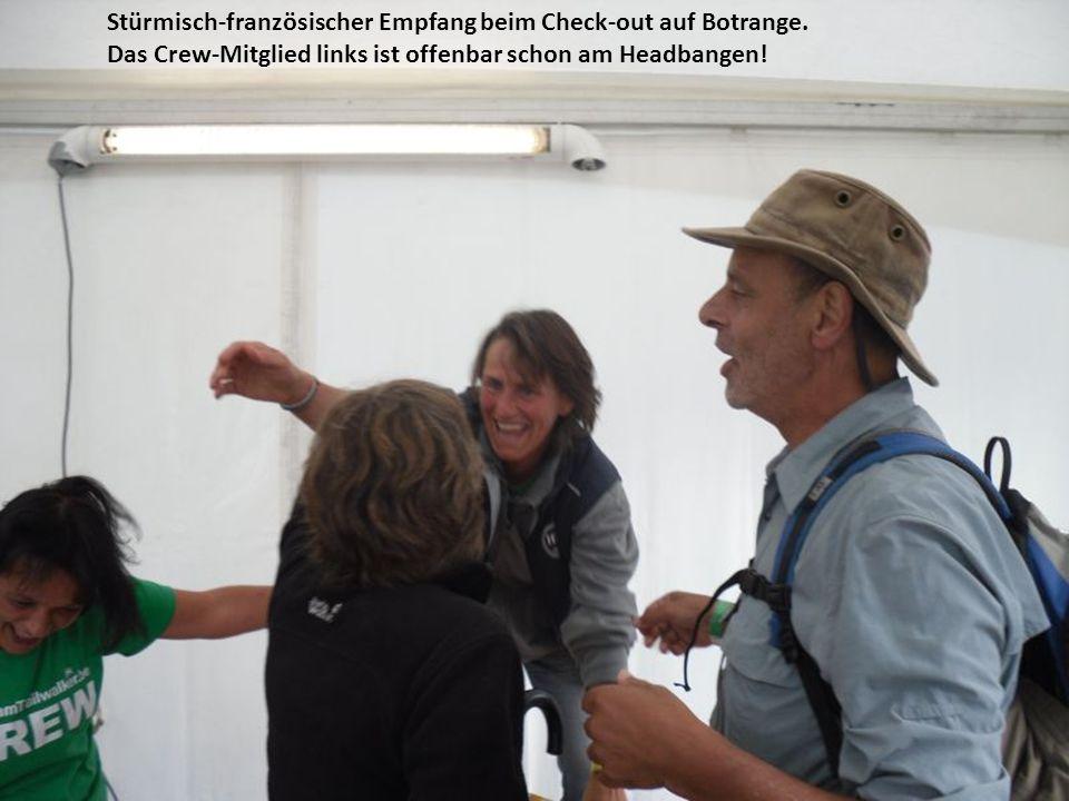 Stürmisch-französischer Empfang beim Check-out auf Botrange. Das Crew-Mitglied links ist offenbar schon am Headbangen!
