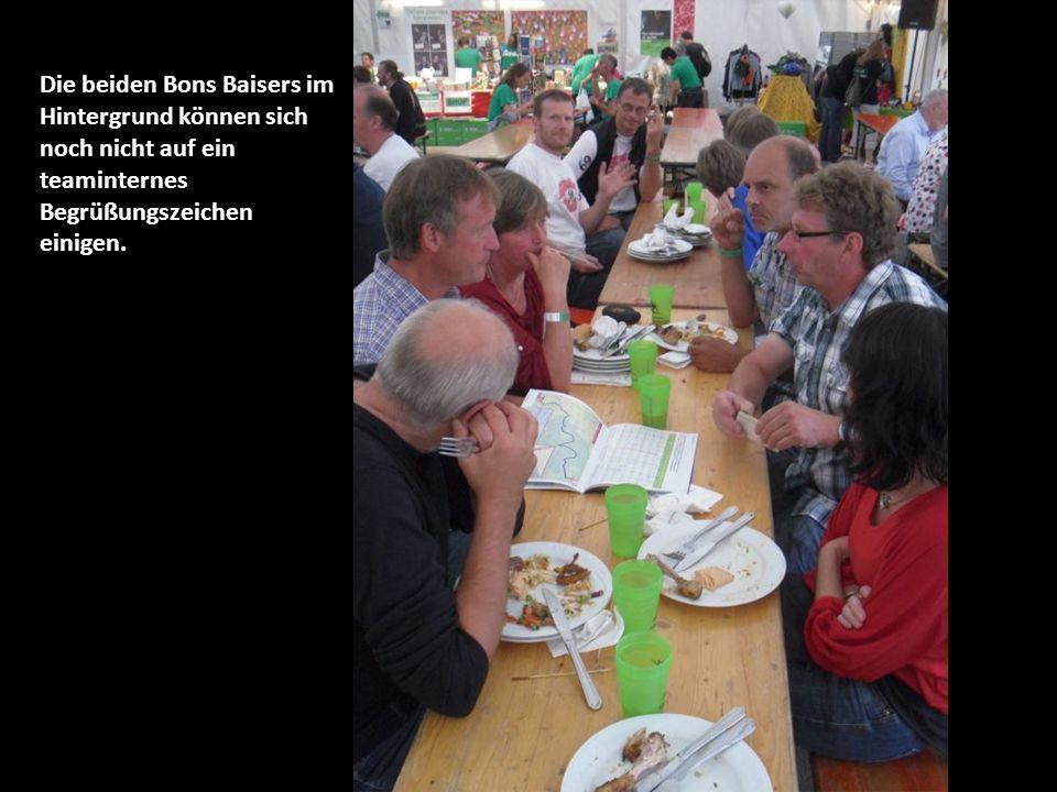 Die beiden Bons Baisers im Hintergrund können sich noch nicht auf ein teaminternes Begrüßungszeichen einigen.