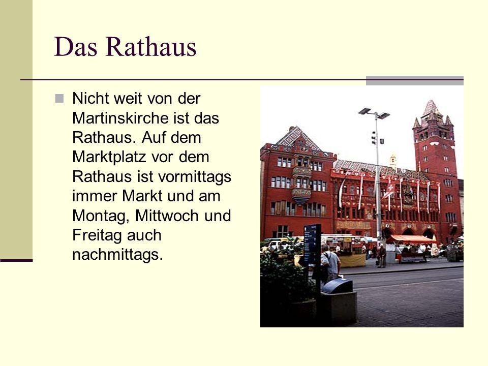 Das Rathaus Nicht weit von der Martinskirche ist das Rathaus. Auf dem Marktplatz vor dem Rathaus ist vormittags immer Markt und am Montag, Mittwoch un