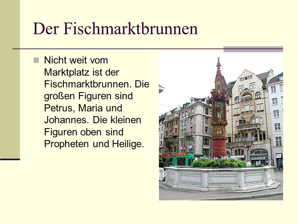 Der Fischmarktbrunnen Nicht weit vom Marktplatz ist der Fischmarktbrunnen. Die großen Figuren sind Petrus, Maria und Johannes. Die kleinen Figuren obe