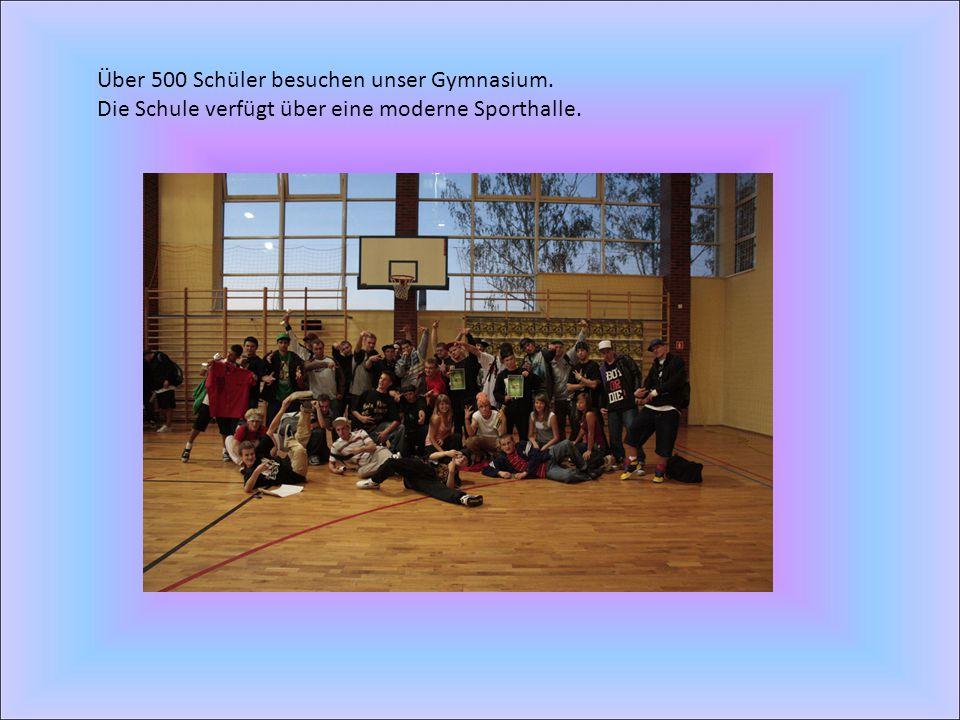 Über 500 Schüler besuchen unser Gymnasium. Die Schule verfügt über eine moderne Sporthalle.