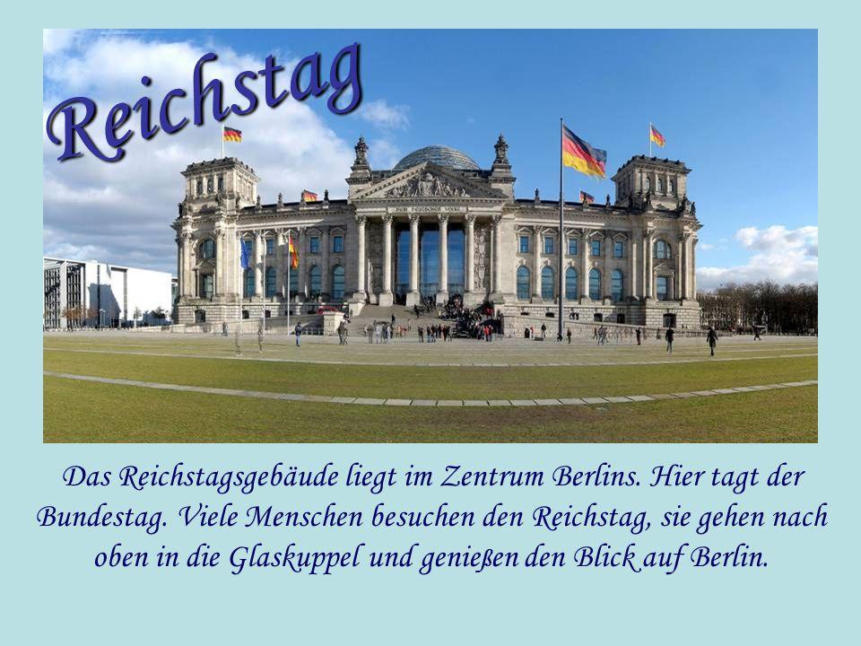 Das Reichstagsgebäude liegt im Zentrum Berlins. Hier tagt der Bundestag. Viele Menschen besuchen den Reichstag, sie gehen nach oben in die Glaskuppel