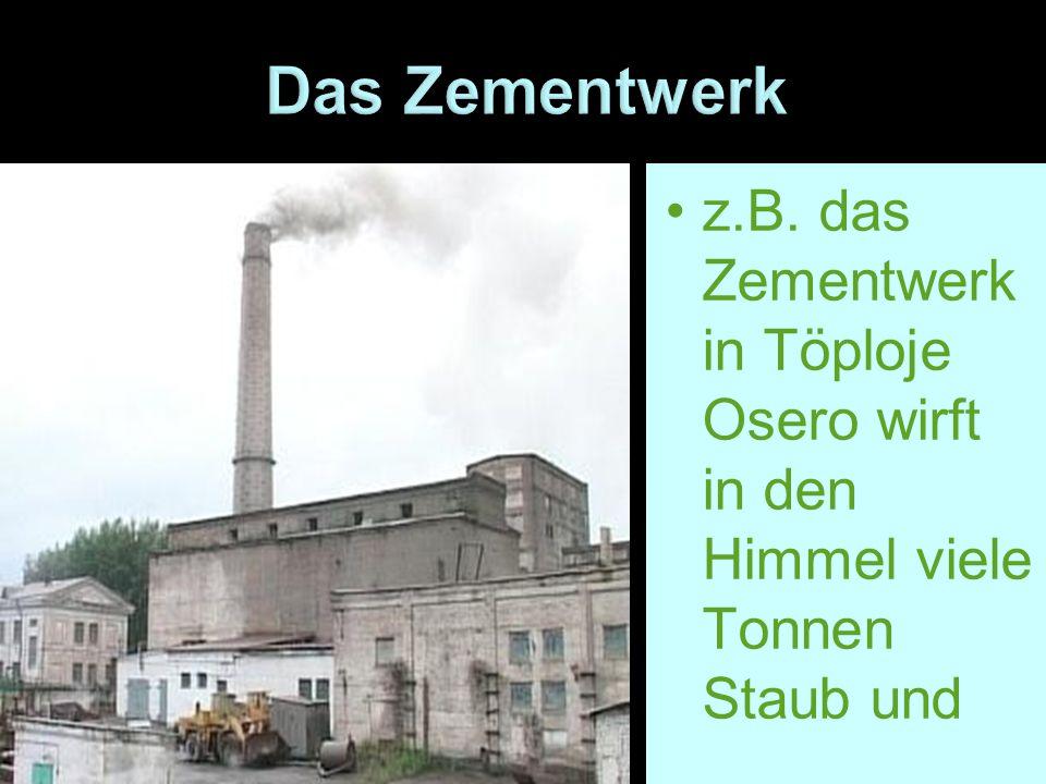 z.B. das Zementwerk in Töploje Osero wirft in den Himmel viele Tonnen Staub und