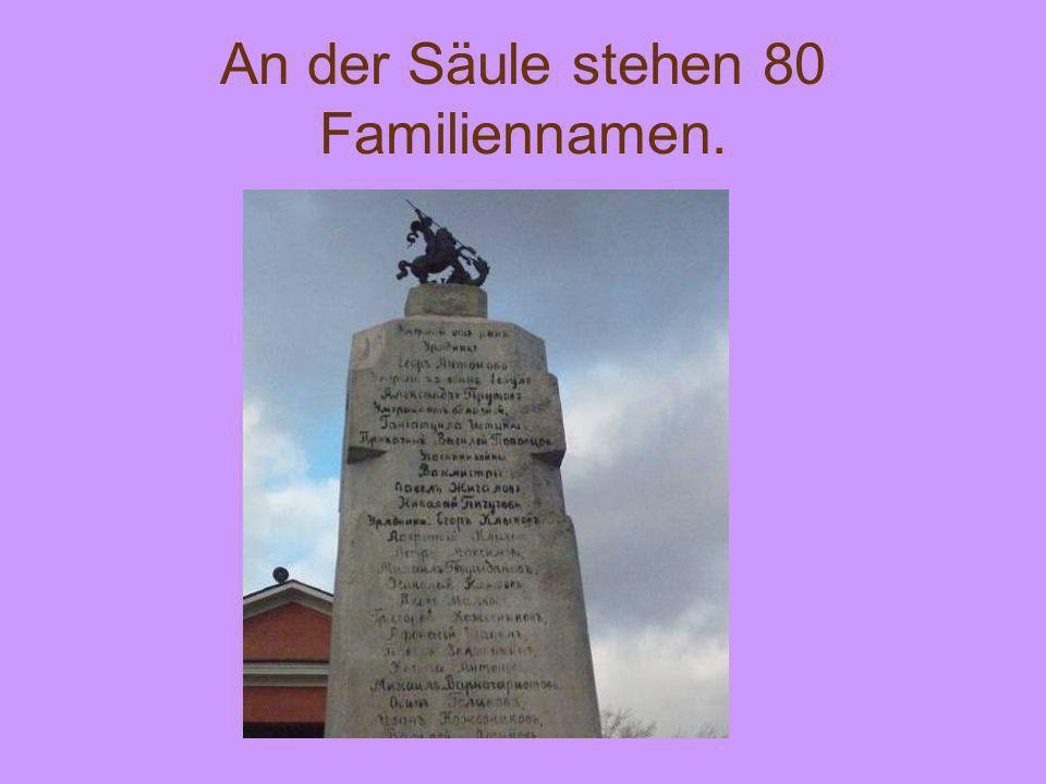 An der Säule stehen 80 Familiennamen.