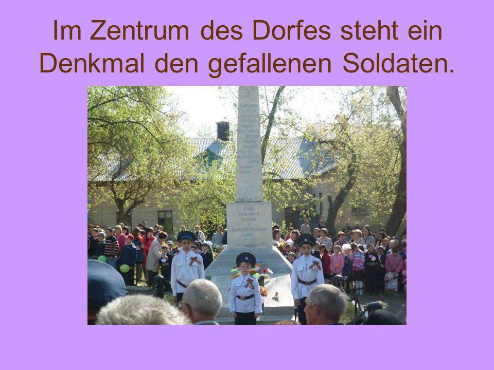 Im Zentrum des Dorfes steht ein Denkmal den gefallenen Soldaten.