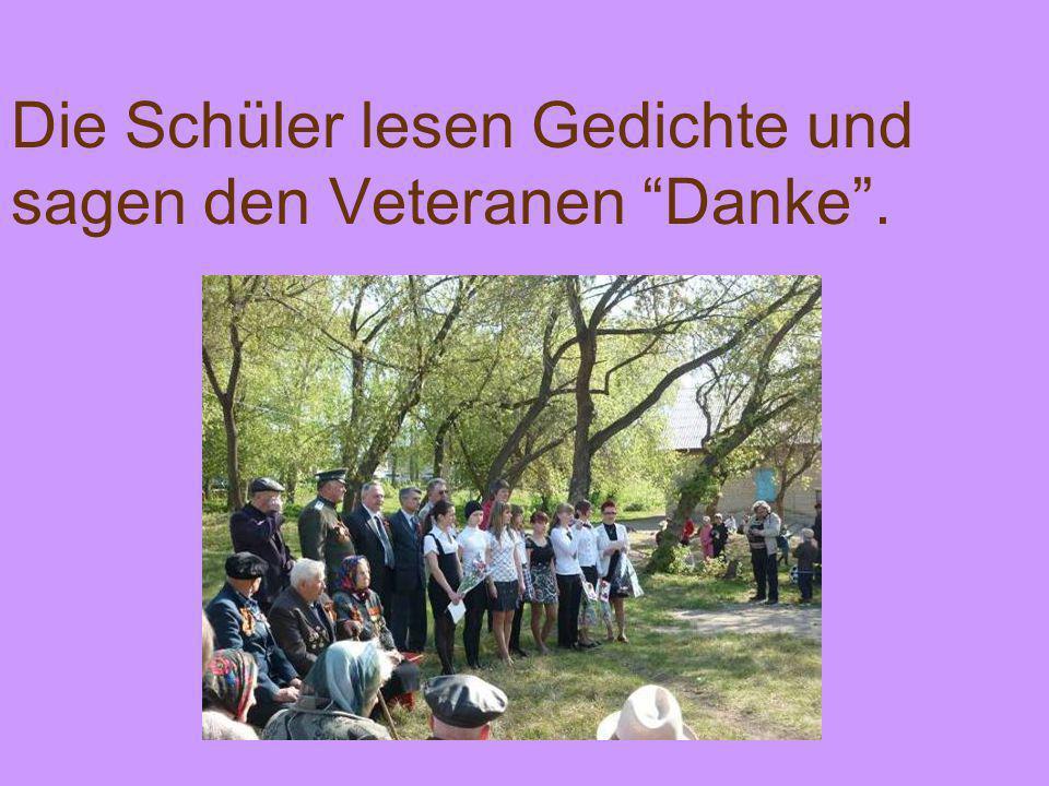 Die Schüler lesen Gedichte und sagen den Veteranen Danke.