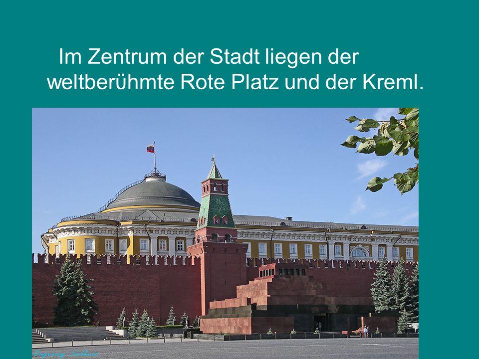 Im Zentrum der Stadt liegen der weltberϋhmte Rote Platz und der Kreml.