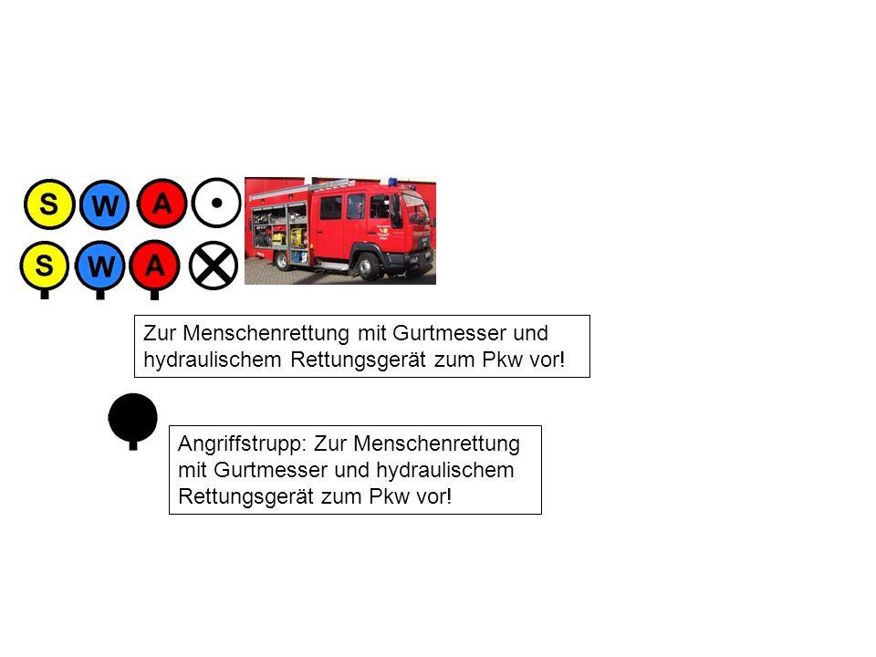 Angriffstrupp: Zur Menschenrettung mit Gurtmesser und hydraulischem Rettungsgerät zum Pkw vor.