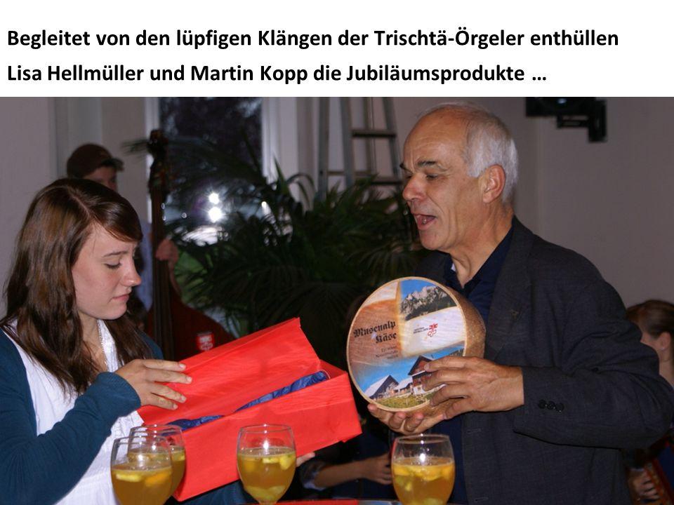 Begleitet von den lüpfigen Klängen der Trischtä-Örgeler enthüllen Lisa Hellmüller und Martin Kopp die Jubiläumsprodukte …
