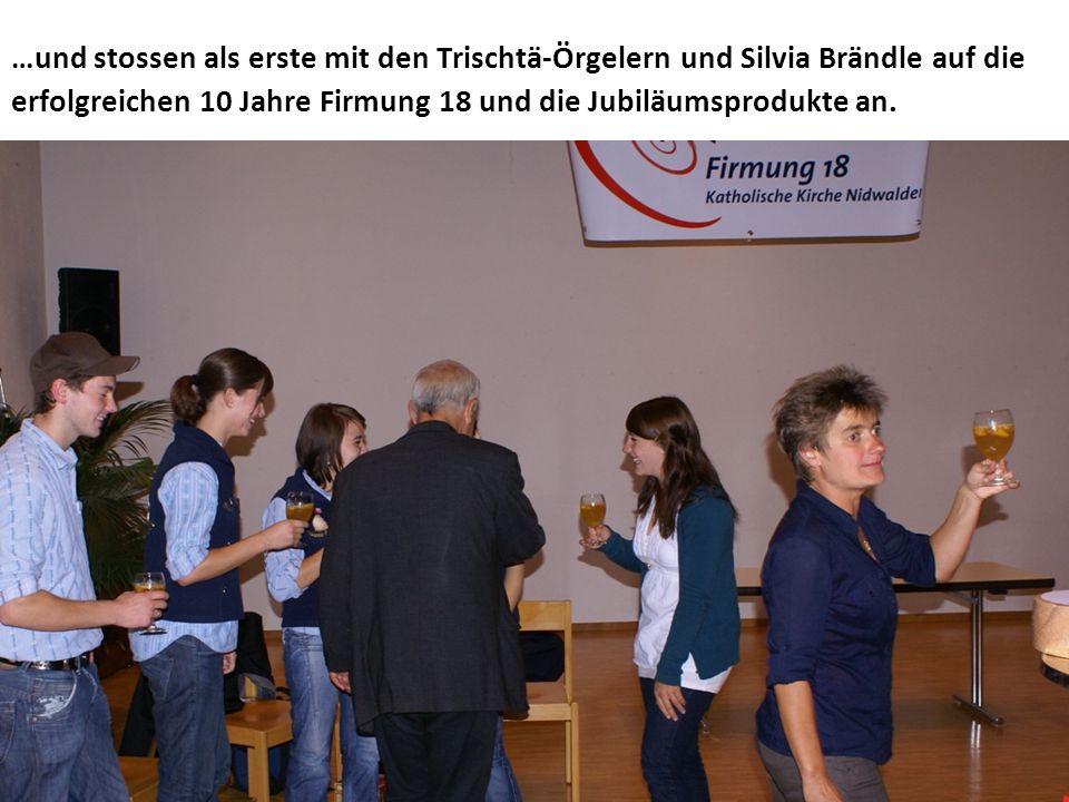 …und stossen als erste mit den Trischtä-Örgelern und Silvia Brändle auf die erfolgreichen 10 Jahre Firmung 18 und die Jubiläumsprodukte an.