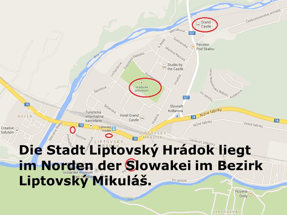 Die Burg Liptovský Hrádok stammt aus dem 13. Jahrhundert. Vorn gibt es einen See.