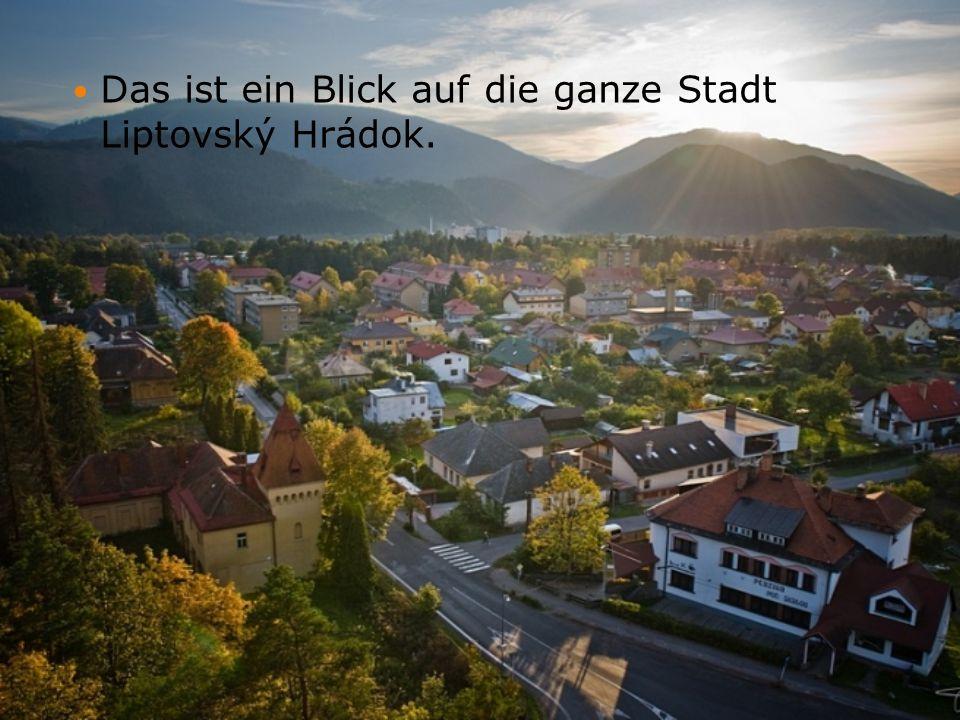 Das ist ein Blick auf die ganze Stadt Liptovský Hrádok.
