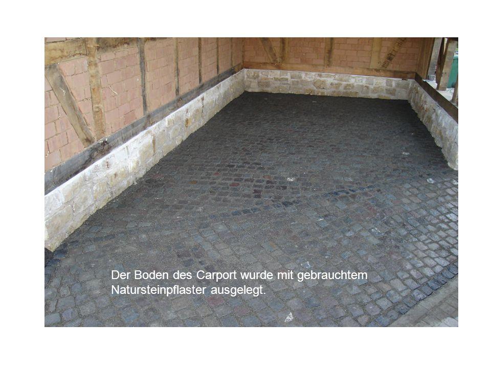 Der Boden des Carport wurde mit gebrauchtem Natursteinpflaster ausgelegt.