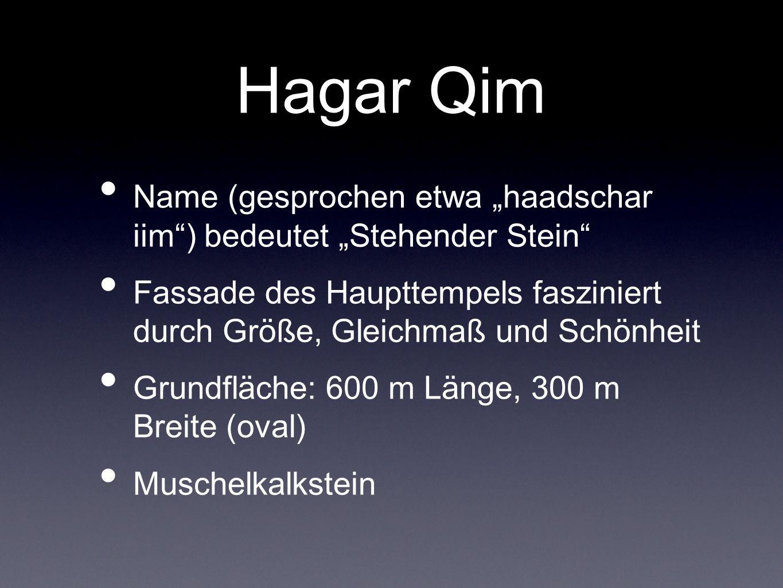 Hagar Qim Name (gesprochen etwa haadschar iim) bedeutet Stehender Stein Fassade des Haupttempels fasziniert durch Größe, Gleichmaß und Schönheit Grund