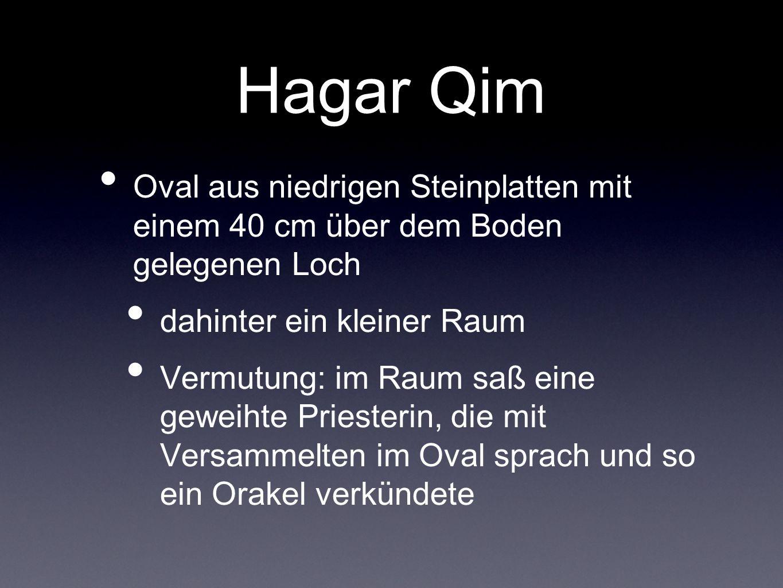 Hagar Qim Oval aus niedrigen Steinplatten mit einem 40 cm über dem Boden gelegenen Loch dahinter ein kleiner Raum Vermutung: im Raum saß eine geweihte
