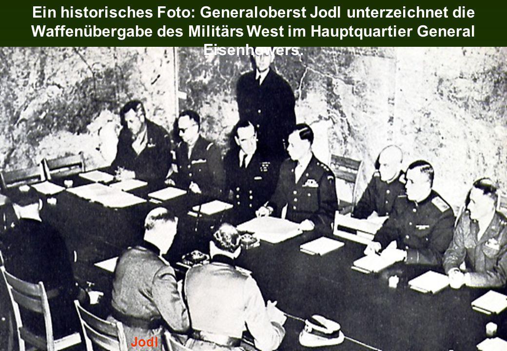 Ein historisches Foto: Generaloberst Jodl unterzeichnet die Waffenübergabe des Militärs West im Hauptquartier General Eisenhowers. Jodl