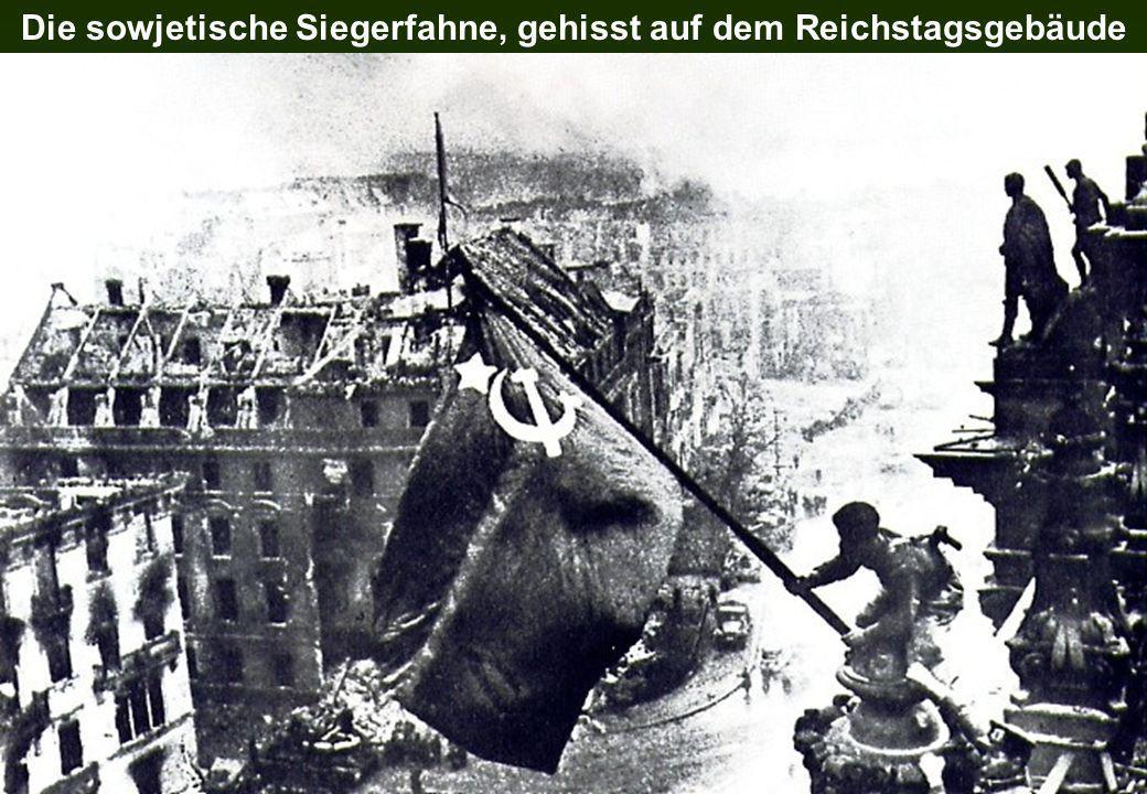 Die sowjetische Siegerfahne, gehisst auf dem Reichstagsgebäude