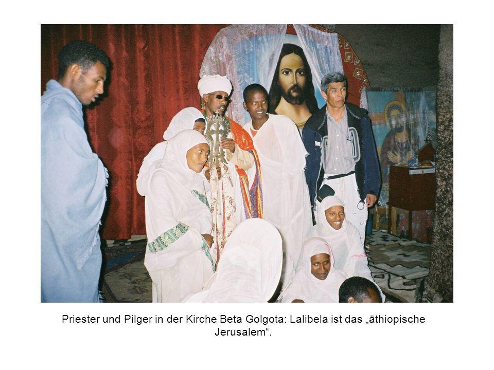 Priester und Pilger in der Kirche Beta Golgota: Lalibela ist das äthiopische Jerusalem.