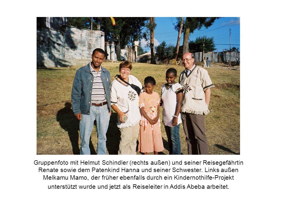 Gruppenfoto mit Helmut Schindler (rechts außen) und seiner Reisegefährtin Renate sowie dem Patenkind Hanna und seiner Schwester. Links außen Melkamu M