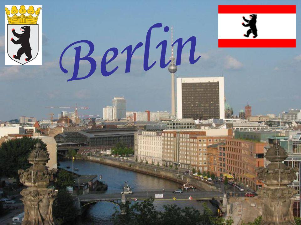 Oberbaumbrücke mit U-Bahn Berlin ist Bundeshauptstadt und Regierungssitz Deutschlands.