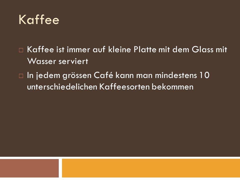 Kaffee Kaffee ist immer auf kleine Platte mit dem Glass mit Wasser serviert In jedem grössen Café kann man mindestens 10 unterschiedelichen Kaffeesorten bekommen