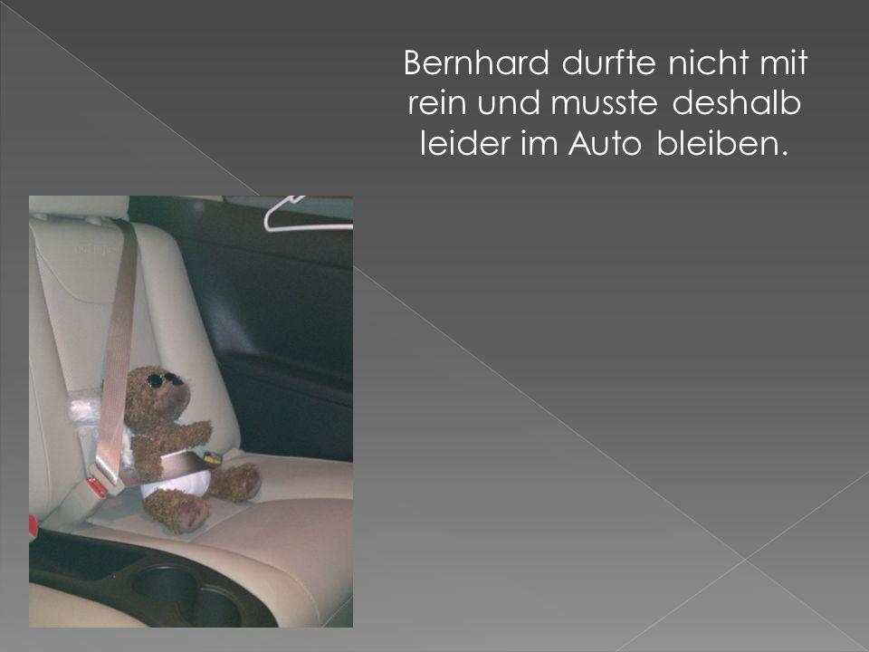 Bernhard durfte nicht mit rein und musste deshalb leider im Auto bleiben.