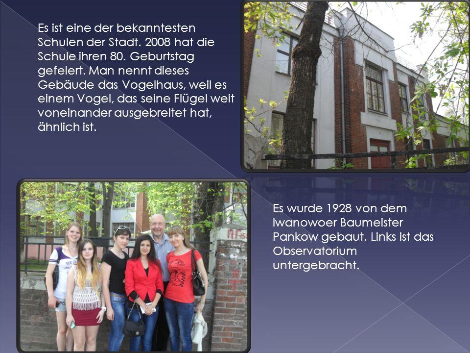Es ist eine der bekanntesten Schulen der Stadt. 2008 hat die Schule ihren 80. Geburtstag gefeiert. Man nennt dieses Gebäude das Vogelhaus, weil es ein