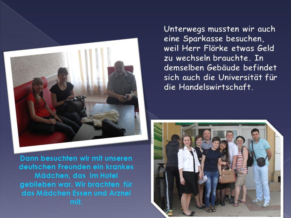 Dann besuchten wir mit unseren deutschen Freunden ein krankes Mädchen, das im Hotel geblieben war. Wir brachten für das Mädchen Essen und Arznei mit.