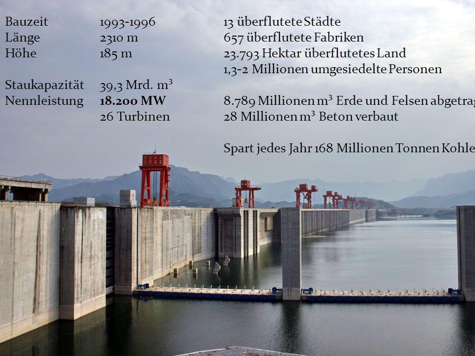 Wasserkraft Bauzeit1993-1996 Länge2310 m Höhe185 m Staukapazität39,3 Mrd. m³ Nennleistung18.200 MW 26 Turbinen 13 überflutete Städte 657 überflutete F