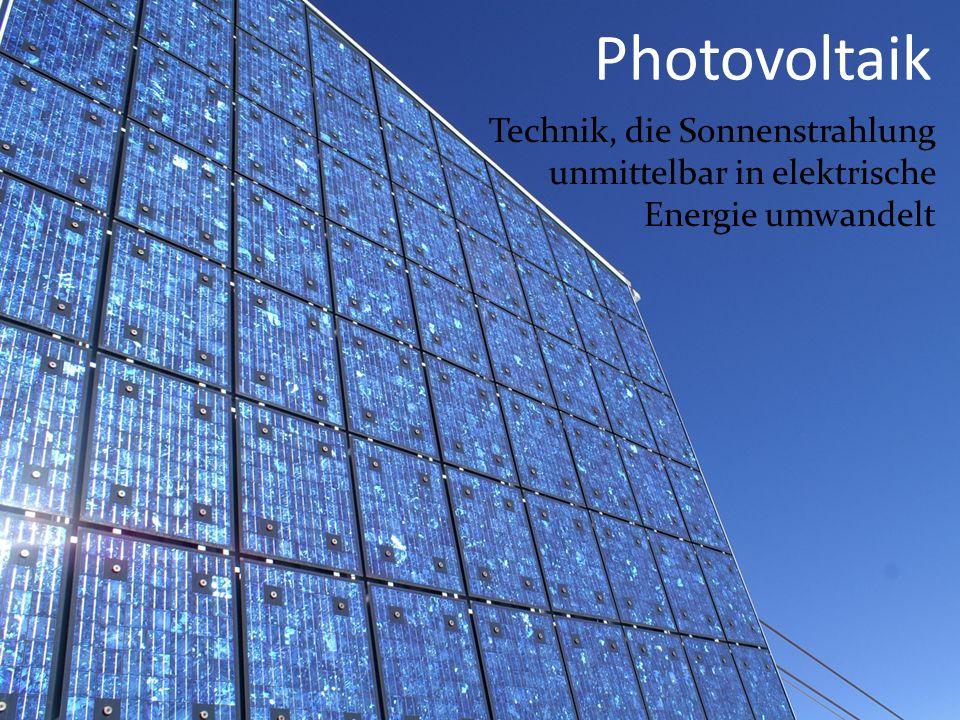 Photovoltaikzellen Bestehen aus einer Platte mit zwei hauchdünnen (0,001 mm) Schichten Eine Schicht besteht aus Silizium Die andere aus Silizium und Bor Durch das einfallende Sonnenlicht treffen Photonen auf die äußere Schicht Sie treiben Elektronen in die andere Schicht und so entsteht Spannung (Gleichstrom)
