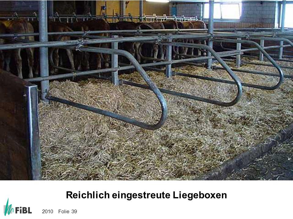 2010 Folie 39 Bild: Reichlich eingestreute Liegeboxen Reichlich eingestreute Liegeboxen
