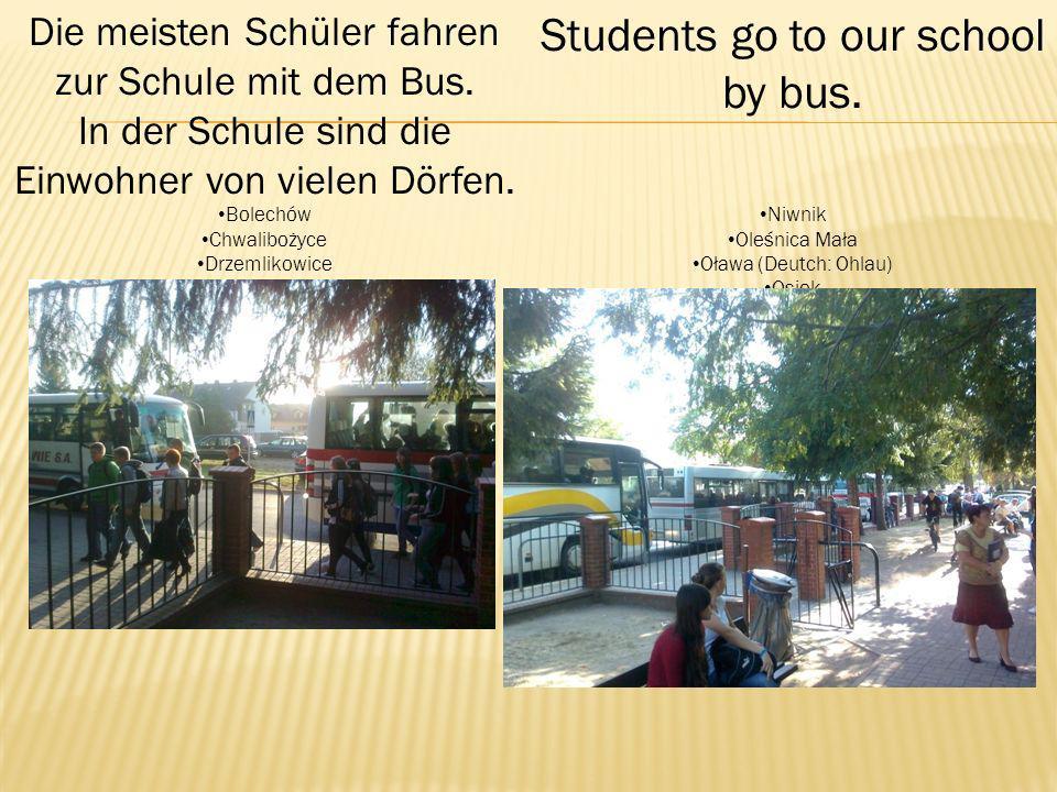 Die meisten Schüler fahren zur Schule mit dem Bus.