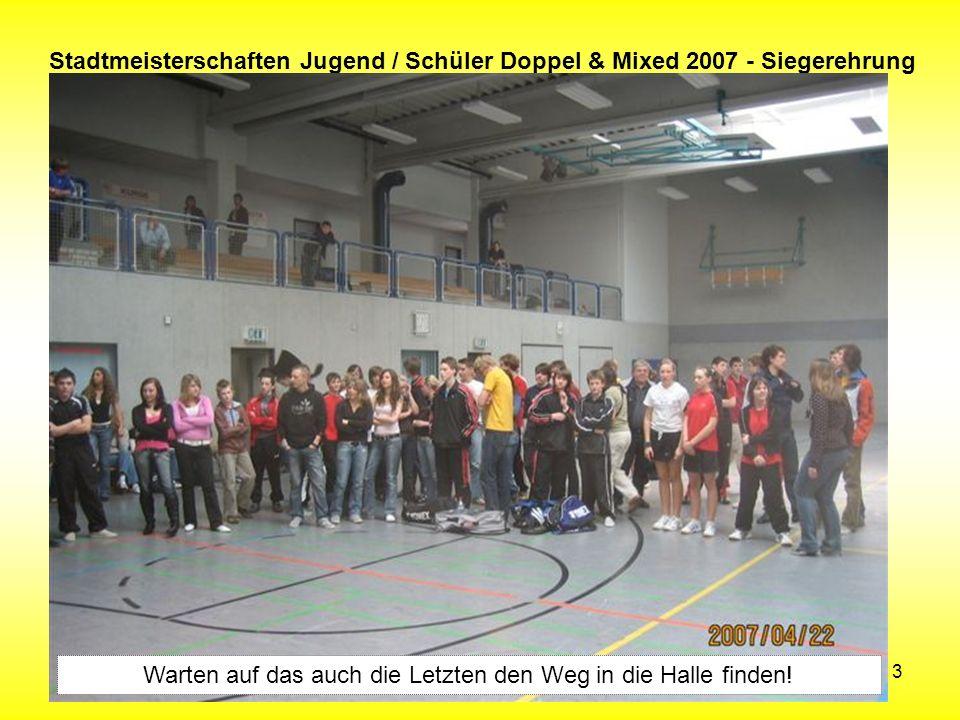 13 Stadtmeisterschaften Jugend / Schüler Doppel & Mixed 2007 - Siegerehrung Warten auf das auch die Letzten den Weg in die Halle finden!