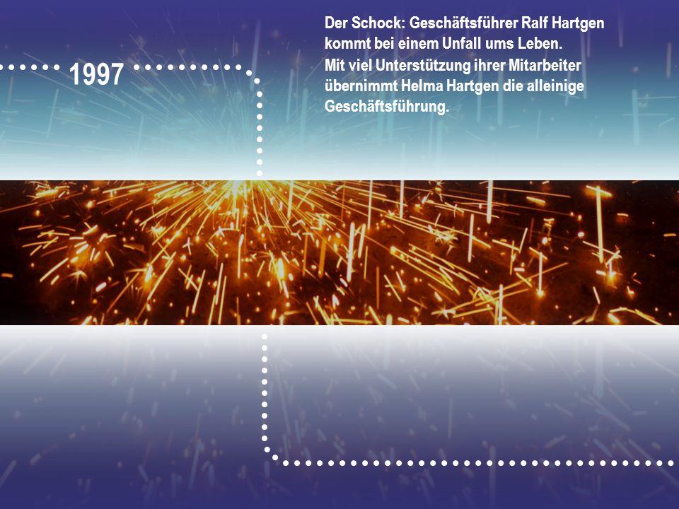 1997 Der Schock: Geschäftsführer Ralf Hartgen kommt bei einem Unfall ums Leben. Mit viel Unterstützung ihrer Mitarbeiter übernimmt Helma Hartgen die a