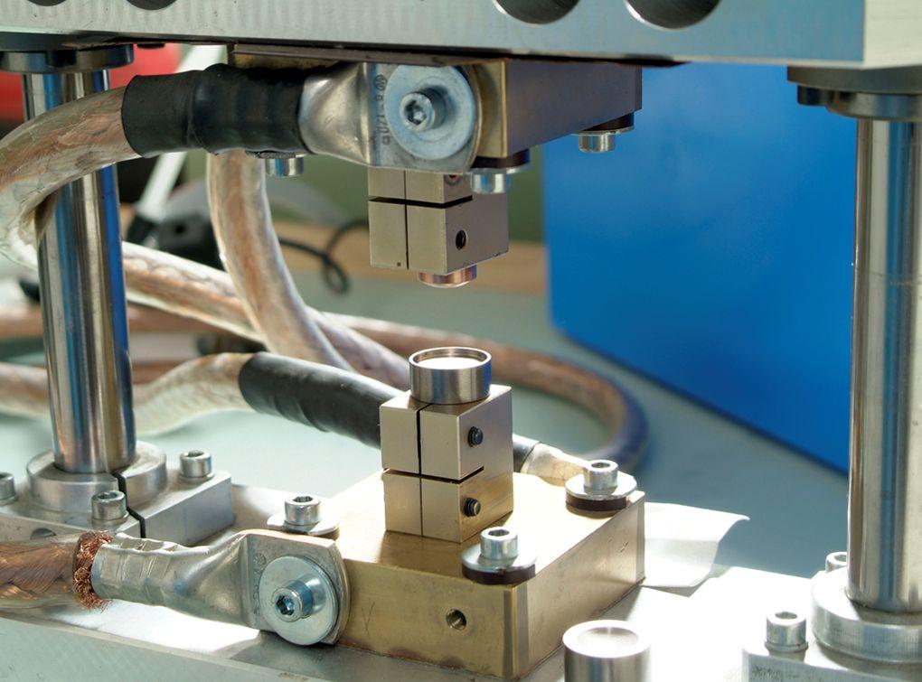 Die Elektroden werden zurückgefahren, die Schweissung ist abgeschlossen, das Werkstück wird entfernt.