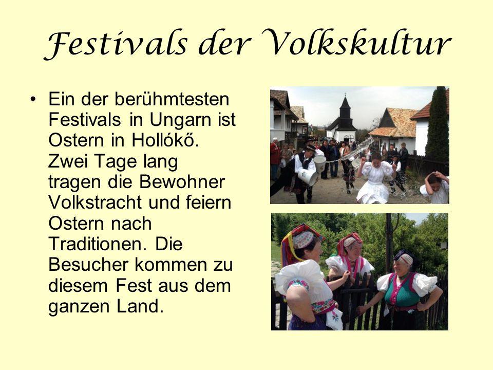 Festivals der Volkskultur Ein der berühmtesten Festivals in Ungarn ist Ostern in Hollókő. Zwei Tage lang tragen die Bewohner Volkstracht und feiern Os