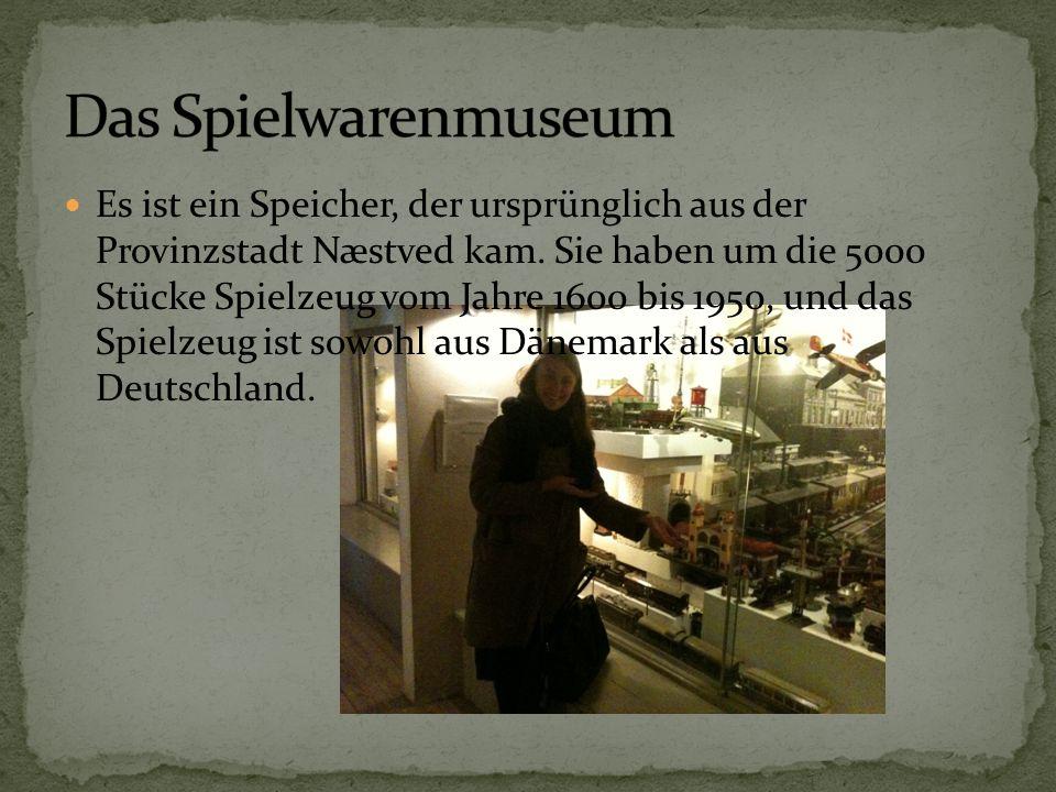 Es ist ein Speicher, der ursprünglich aus der Provinzstadt Næstved kam. Sie haben um die 5000 Stücke Spielzeug vom Jahre 1600 bis 1950, und das Spielz