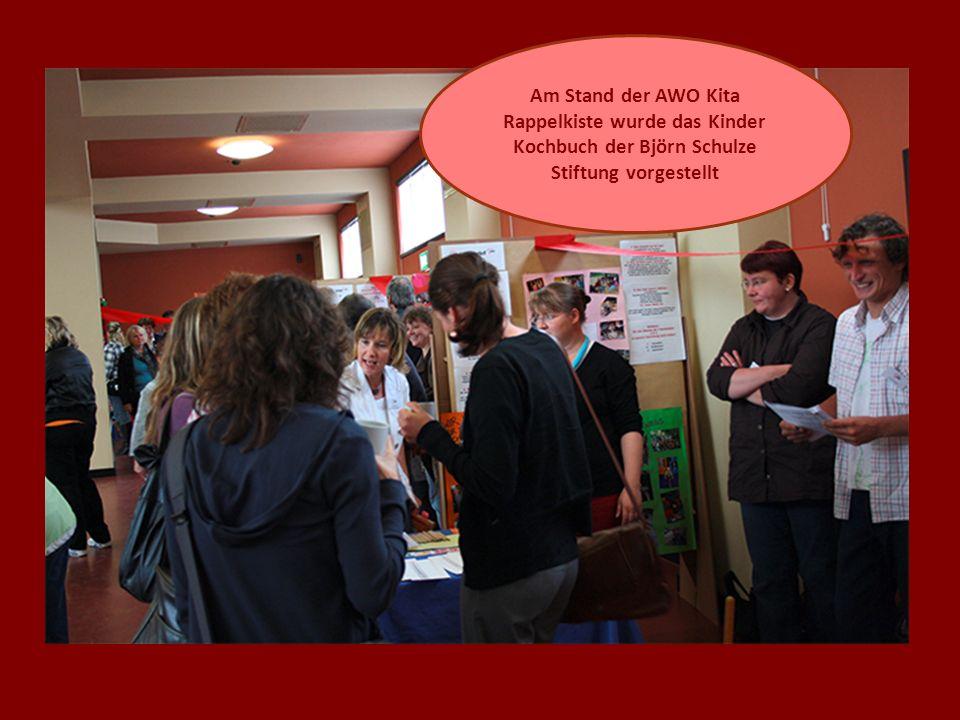 Am Stand der AWO Kita Rappelkiste wurde das Kinder Kochbuch der Björn Schulze Stiftung vorgestellt
