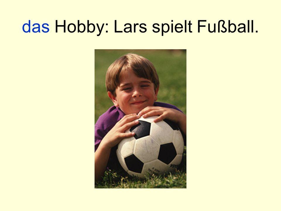 das Hobby: Lars spielt Fußball.