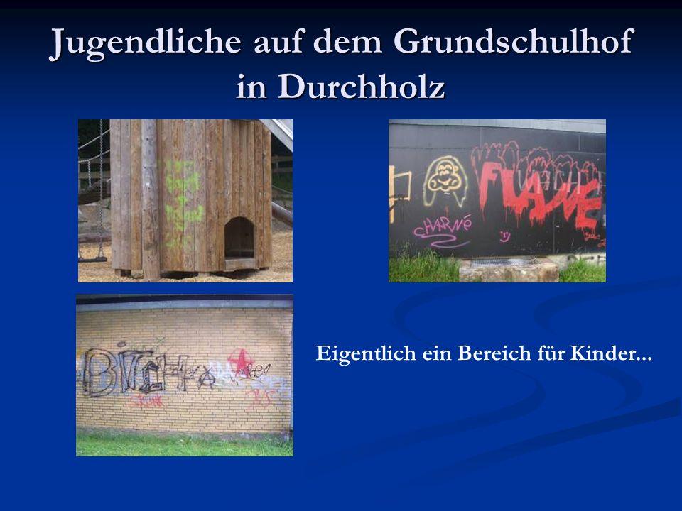 Jugendliche auf dem Grundschulhof in Durchholz Eigentlich ein Bereich für Kinder...