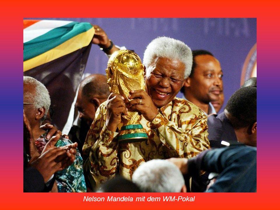 Im gesamten Stadion tanzten die Zuschauer zu den afrikanischen Rhythmen