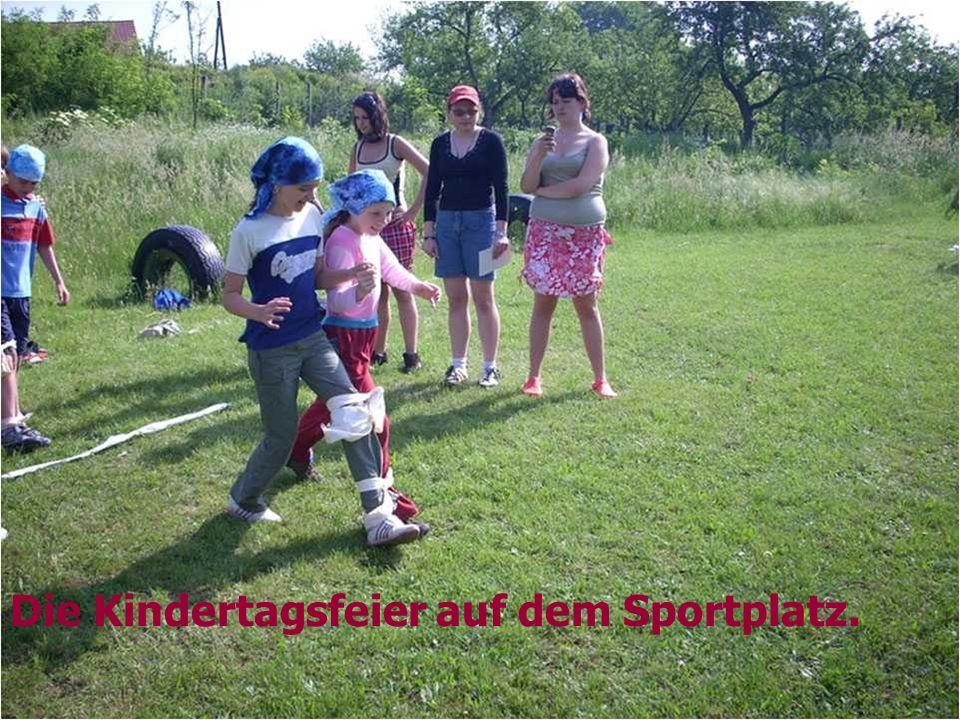 Die Kindertagsfeier auf dem Sportplatz.