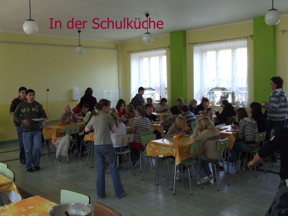 Zusammen mit Vertretern des Städtchens Zlonice heißen wir die Schüler in unserer Schule willkommen