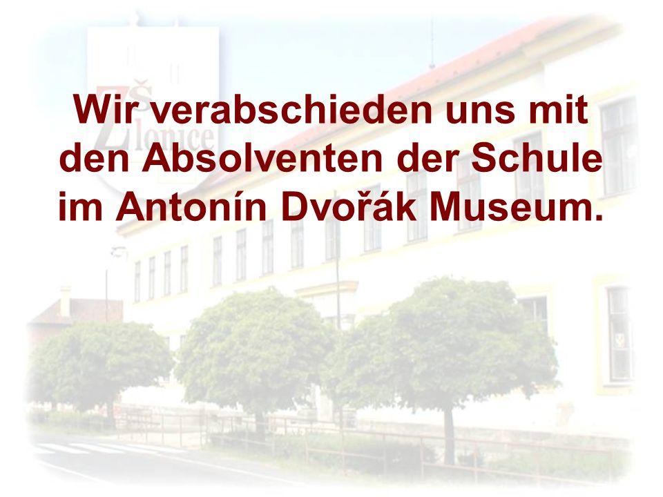 Wir verabschieden uns mit den Absolventen der Schule im Antonín Dvořák Museum.