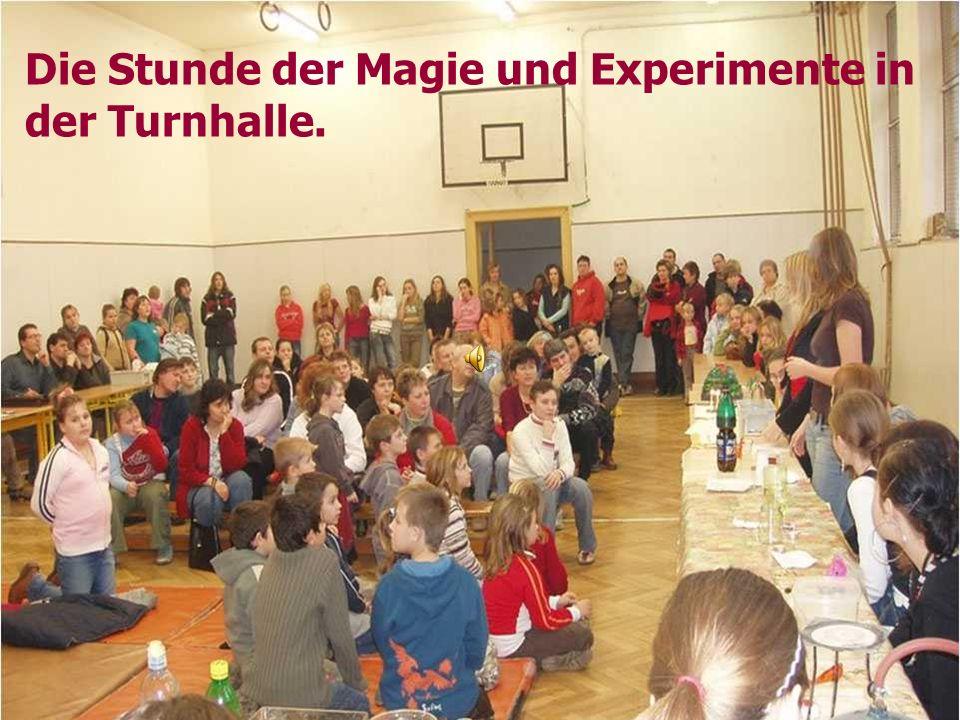 Die Stunde der Magie und Experimente in der Turnhalle.