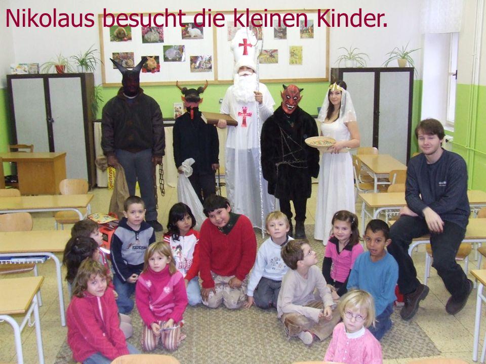 Nikolaus besucht die kleinen Kinder.