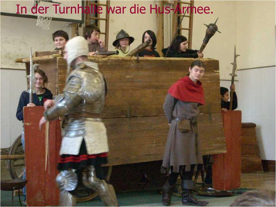 In der Turnhalle war die Hus-Armee.