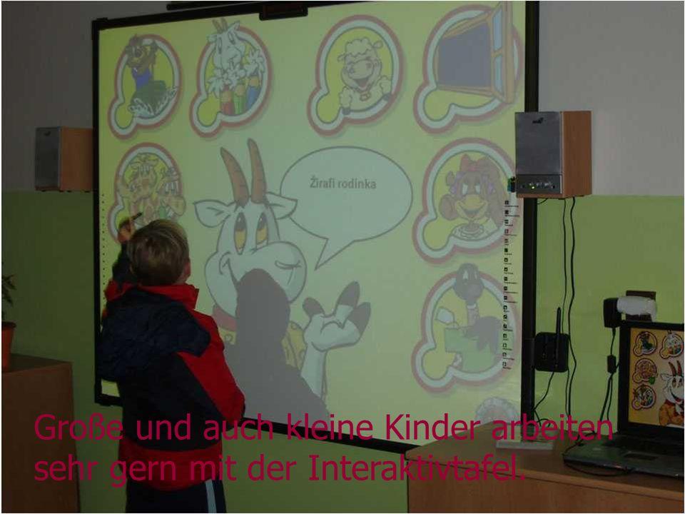 Große und auch kleine Kinder arbeiten sehr gern mit der Interaktivtafel.