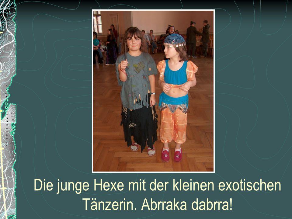 Die junge Hexe mit der kleinen exotischen Tänzerin. Abrraka dabrra!