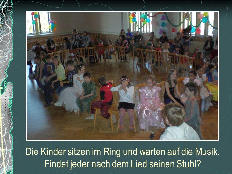 Die Kinder sitzen im Ring und warten auf die Musik. Findet jeder nach dem Lied seinen Stuhl?